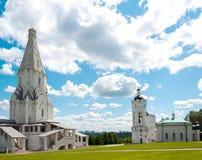 Ryssland. Kyrka av uppstigning- och Sts George klockatorn i Moskva Royaltyfria Bilder