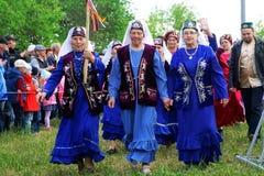 Ryssland Magnitogorsk, - Juni, 15, 2019 Äldre kvinnor - deltagare av gatan ståta i traditionella dräkter under Sabantuy - arkivbilder