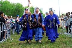 Ryssland Magnitogorsk, - Juni, 15, 2019 Äldre kvinnor i blått - deltagare av en gata ståtar under Sabantuy - det nationellt arkivfoto