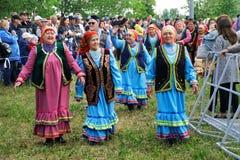 Ryssland Magnitogorsk, - Juni, 15, 2019 Äldre kvinnor i färgrik kläder - deltagare av ståta under Sabantuy - royaltyfria bilder