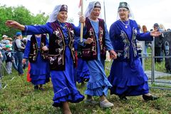 Ryssland Magnitogorsk, - Juni, 15, 2019 Äldre kvinnor i ljus kläder - deltagare av Sabantuyen ståta - den nationella ferien arkivfoton