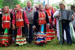 Ryssland Magnitogorsk, - Juni, 15, 2019 Deltagarna av gatan ståtar i traditionella dräkter under Sabantui - royaltyfri foto