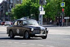 Ryssland Magnitogorsk, - Juni, 20, 2019 Den Retro bilVolvo amasonen 122S rider till och med gatorna av staden arkivfoton