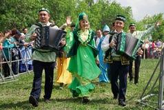 Ryssland Magnitogorsk, - Juni, 23, 2018 Gatan ståtar i traditionella dräkter under Sabantuy - den nationella ferien av plogen royaltyfria foton