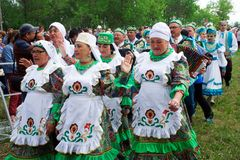 Ryssland Magnitogorsk, - Juni, 15, 2019 Gatan st?tar i traditionella dr?kter under Sabantuy - den nationella ferien av plogen royaltyfri fotografi