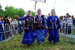 Ryssland Magnitogorsk, - Juni, 15, 2019 Tre äldre kvinnor i blått - deltagare av ståtar under Sabantui - det nationellt arkivbilder