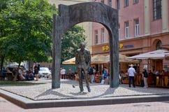 Ryssland Monument till Bulat Okudzhava på den gamla Arbat gatan i Moskva 20 Juni 2016 Royaltyfria Foton