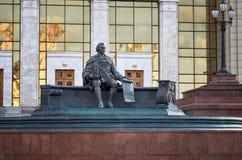 Ryssland Monument till Ivan Shuvalov nära byggnaden av Moskvadelstatsuniversitetarkivet 20 Juni 2016 Arkivfoton
