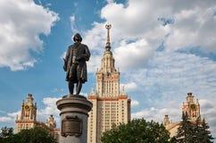Ryssland Monument till Mikhail Lomonosov nära Moskvadelstatsuniversitetbyggnad på Vorobyovy kullar i Moskva 20 Juni 2016 Arkivfoton