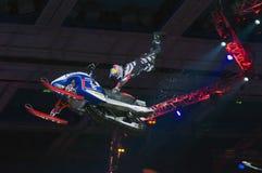 Daniel Bodin (Belgien) på en snowmobile på festivalen av ytterlighetsorter av sportar Proryv Arkivbilder