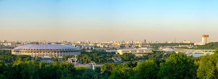 Ryssland moscow 26/05/18 - Panoramautsikt av Moskva och den stora sportarenan av det olympiska komplexet royaltyfria foton