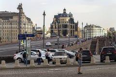 Ryssland Moskva, Augusti 4, 2018, aveny med maskiner och arkitektur, ledare arkivbild