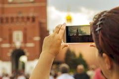 Ryssland Moskva, Augusti 4, 2018, flickan fotograferade den röda fyrkanten i Moskva på telefonen, ledare royaltyfria foton