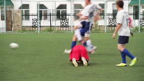 Ryssland - Moskva, 25 Augusti 2018: Rinnande fotbollfotbollsspelare Fotbollsspelare som sparkar fotbollsmatchleken Ung fotboll stock video