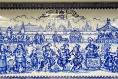 Ryssland Moskva: Belägga med tegel paneler som göras i tekniken av gzhel Gångtunnelstation VDNKH Royaltyfria Foton
