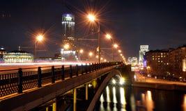 Ryssland Moskva, bro, poveletskoy hotell, musikhuset, floden, nattstad, Royaltyfria Bilder