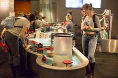 Ryssland Moskva, `-Experimentanium ` - museum av underhållande vetenskaper arkivbild