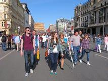 Ryssland Moskva, feriesegerdag, folk, kvinna med affischen Fotografering för Bildbyråer