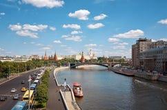 Ryssland Moskva-flod på Kremlbakgrund 20 Juni 2016 Royaltyfria Bilder
