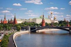 Ryssland Moskva-flod på Kremlbakgrund 20 Juni 2016 Arkivbild