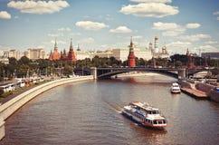 Ryssland Moskva-flod på Kremlbakgrund 20 Juni 2016 Fotografering för Bildbyråer