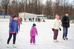 Ryssland Moskva, folk är skridskoåkningen på isisbana Royaltyfria Bilder