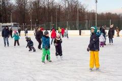 Ryssland Moskva, folk är skridskoåkningen på isisbana Royaltyfri Fotografi
