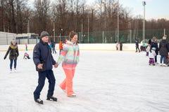 Ryssland Moskva, folk är skridskoåkningen på isisbana Arkivfoton