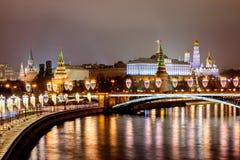 Ryssland Moskva, 06, Januari, 2018: Sikt från den patriark- bron till Kreml Nytt år och julpynt i Mosco fotografering för bildbyråer