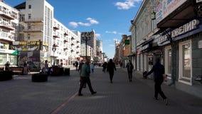 Ryssland - Moskva, 12 Juli 2018: Folkmassa av anonymt folk som går på den upptagna stadsgatan Folkmassa av folk på gatan Ingen arkivfoton