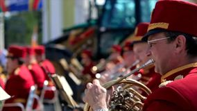 Ryssland Moskva - 12 Juni 2017: Kapellmästare som spelar på en trumpet Bandwalas som spelar på deras instrument i parkera Män Arkivfoton