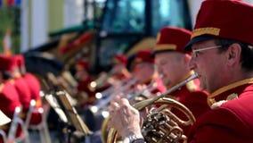 Ryssland Moskva - 12 Juni 2017: Kapellmästare som spelar på en trumpet Bandwalas som spelar på deras instrument i parkera Män Arkivbilder