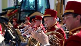 Ryssland Moskva - 12 Juni 2017: Kapellmästare som spelar på en trumpet Bandwalas som spelar på deras instrument i parkera Män arkivbild