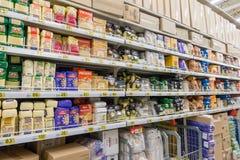 RYSSLAND MOSKVA, JUNI 11, 2017: Olika typer av ereals på hyllorna i supermarket Auchan Royaltyfria Foton