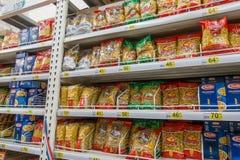 RYSSLAND MOSKVA, JUNI 11, 2017: Olika typer av makaroni och pasta på hyllorna i supermarket Auchan Royaltyfri Fotografi