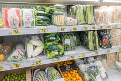 RYSSLAND MOSKVA, JUNI 11, 2017: Olika typer av produkter på hyllorna i supermarket Auchan Arkivbilder