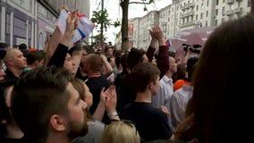 RYSSLAND MOSKVA - JUNI 12, 2017: Samla mot korruption som organiseras av Navalny på den Tverskaya gatan Den skanderade folkmassan stock video