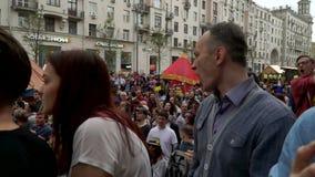 RYSSLAND MOSKVA - JUNI 12, 2017: Samla mot korruption som organiseras av Navalny på den Tverskaya gatan Den skanderade folkmassan lager videofilmer