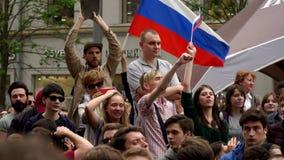 RYSSLAND MOSKVA - JUNI 12, 2017: Samla mot korruption som organiseras av Navalny på den Tverskaya gatan Den skanderade folkmassan arkivfilmer