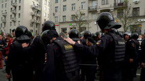 RYSSLAND MOSKVA - JUNI 12, 2017: Samla mot korruption som organiseras av Navalny på den Tverskaya gatan En trupp av polisen i ett arkivfilmer