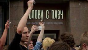 RYSSLAND MOSKVA - JUNI 12, 2017: Samla mot korruption som organiseras av Navalny på den Tverskaya gatan Folkklirrtangenter i en t stock video