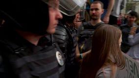 RYSSLAND MOSKVA - JUNI 12, 2017: Samla mot korruption som organiseras av Navalny på den Tverskaya gatan Polisen leder i väg från stock video