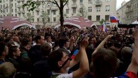 RYSSLAND MOSKVA - JUNI 12, 2017: Samla mot korruption som organiseras av Navalny på den Tverskaya gatan Polisen tar bort interner stock video