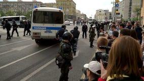 RYSSLAND MOSKVA - JUNI 12, 2017: Samla mot korruption som organiseras av Navalny på den Tverskaya gatan Poliser vägleder skarpt d lager videofilmer