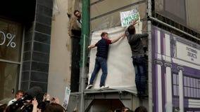RYSSLAND MOSKVA - JUNI 12, 2017: Samla mot korruption som organiseras av Navalny på den Tverskaya gatan Ungdomaruppsättning på vä stock video