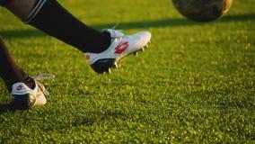 RYSSLAND MOSKVA - JUNI 27, 2018: sparkar den högra foten för spelare` s bollen under den amatörmässiga fotbollleken på liten stad arkivfilmer