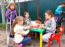 RYSSLAND MOSKVA, MAI 02, 2015: Landsbarn som försöker till organis Arkivfoto