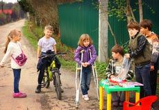 RYSSLAND MOSKVA, MAI 02, 2015: Landsbarn som försöker till organis Royaltyfria Foton