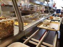 Ryssland Moskva, Maj 2019 Kollektiv matsal Offentlig eatery Kontorsarbetare v?ljer mat arkivbilder