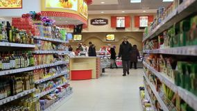 RYSSLAND MOSKVA, 7 MARS 2015, folk som shoppar på arkivfilmer